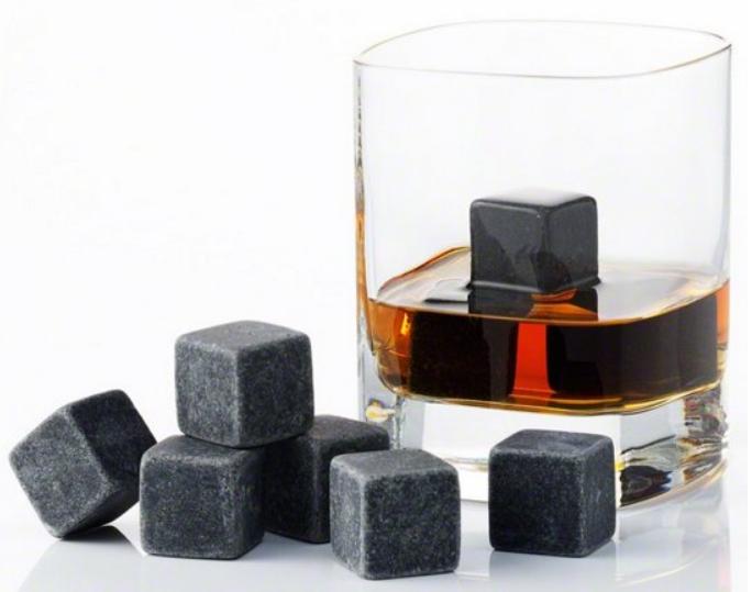 whisky w szklance z kostkami kamiennymi